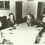 Igors Vasiļjevs dāvā Dž. Neru portretu Indirai Gandijai
