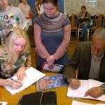 Grāmata ar autoru parakstiem kļūs par mājas bibliotēkas lepnumu.